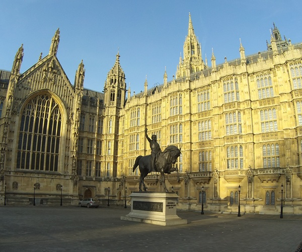 Richard the Lionheart on his horse in front of the Houses of Parliament
