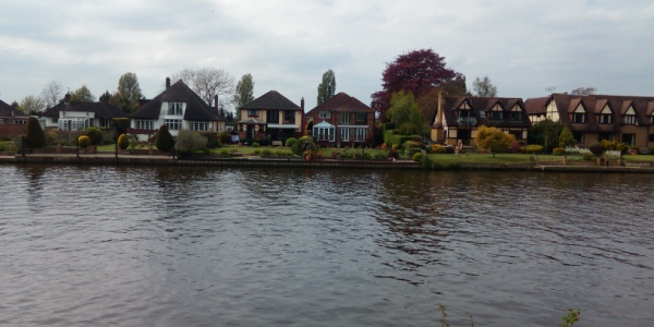 We saw plenty of very nice houses along the Thames